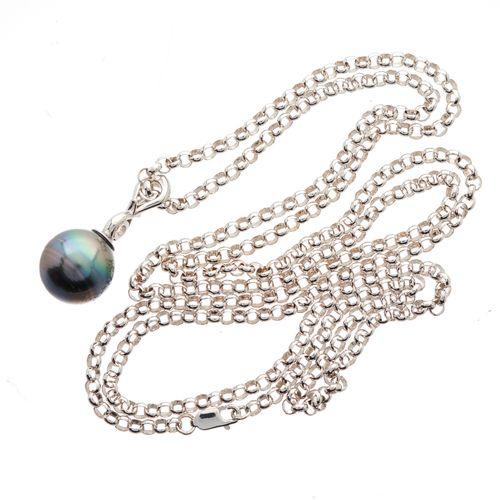 Un pendentif en or 18ct en forme de perle de culture grise et diamant taillé en …