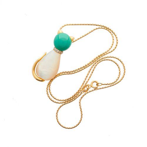 Un pendentif chat en or 18ct en nacre et turquoise cabochon, avec collier d'acce…