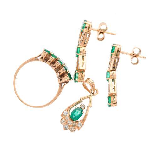 Un ensemble de bijoux en or 14ct en émeraude et diamant, comprenant une paire de…