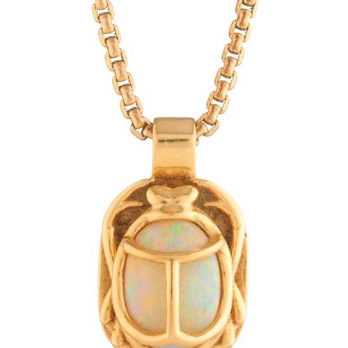 Un pendentif en opale cabochon en forme de scarabée, suspendu à une chaîne à mai…