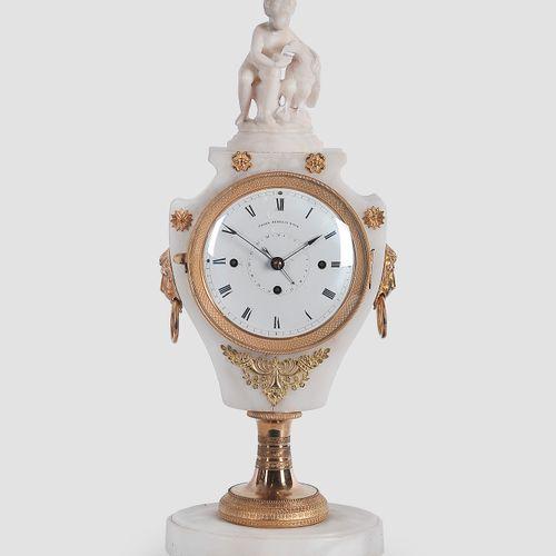 优雅的帝国座钟  维也纳,约1820年  维也纳钟表大师Franz Heckel  表盘上有签名  维也纳4/4机芯,有日期显示  带有鎏金铜应用的青石表壳  …