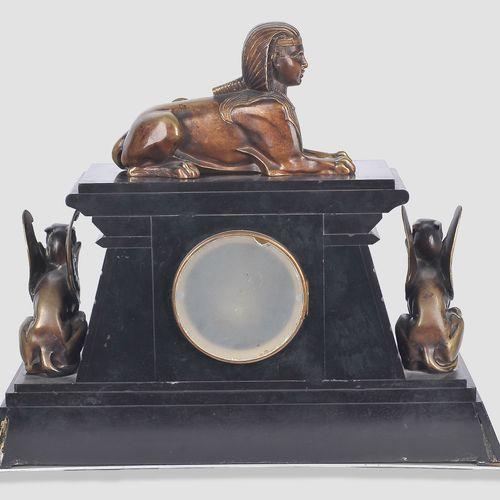 装饰艺术壁炉钟  埃及之行(Retour d'Egypte  维也纳,约1925年  黑色大理石与埃及装饰。  装备有高质量的青铜器,这个签名为布鲁诺 扎克18…