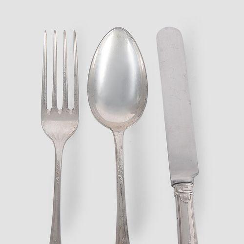 J.C. Klinkosch 银制餐具  供六人使用  71个部件,非常坚固的表面处理    由以下部分组成  6把大叉子  6个小叉子  6把大刀  6把小刀…