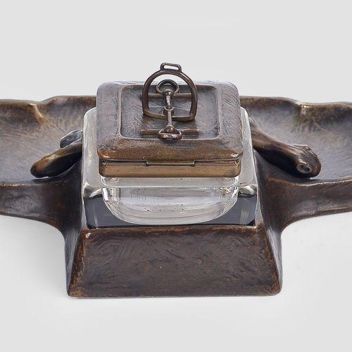 办公桌套装  新艺术派,约1910年  青铜铸造,雕刻  玻璃嵌件    由以下部分组成  带墨水瓶的笔盘,长23厘米x深20厘米  灭火器座,长12厘米  开…