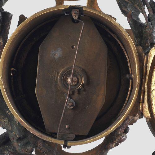 洛可可式时钟  18世纪中期  青铜,镀金和彩色绘画。  橡树叶子和橡子缠绕在一个带有罗卡的底座上,上面支撑着一个时钟盒。中间是一个迈森的贵族笛子手形象。底座上…