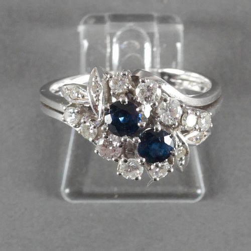 Ring mit Saphiren und Brillanten, 585er WG, ,2 tiefblaue Saphire mit einem Durch…