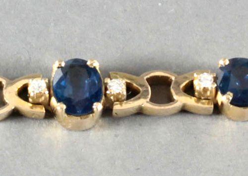 Armband mit 3 Saphiren und kleinen Brillanten, 585er GG, ,ovale Saphire von ca. …