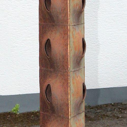Dreieckige Stele aus Eisen, ,auf rundem Fuß, aus getriebenen und geöffneten Quad…