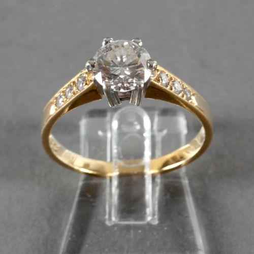Ring mit Brillant von 1,0 ct, 750er GG u. WG, ,flankiert von je drei kleinen Dia…