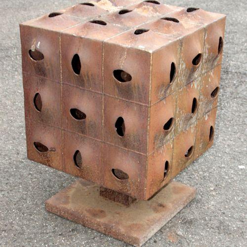Würfelobjekt aus Eisen, ,auf quadratischem Fuß, Flächen aus jeweils neun aufgetr…