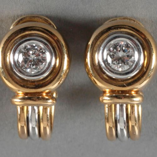Paar Ohrclips mit 2 Brillanten von zus. 0,7 ct, 750er GG und WG, ,je mit einem B…