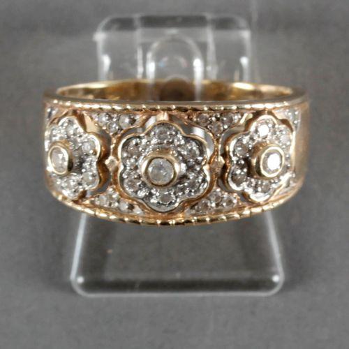 Brillantring mit Blütenmotiv, 585er GG, ,drei mit Diamanten besetzte Blüten in D…