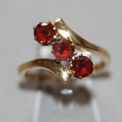 Ring mit 3 roten Turmalinen, 750er GG, ,geschwungene Bypass Schiene mit drei in …