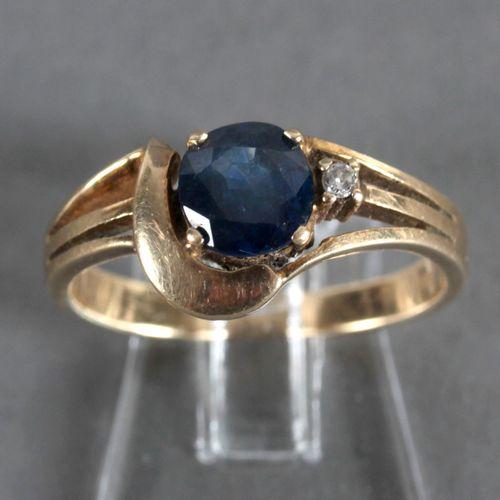 Ring mit Saphir und einem kleinen Diamanten, 585er GG, ,leicht ovaler Saphir von…