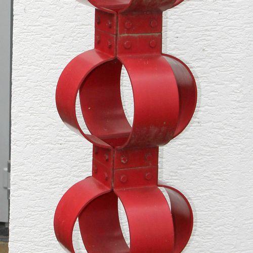 Ringstele, Eisenobjekt auf quadratischem Fuß, ,Teile verschraubt und rot lackier…