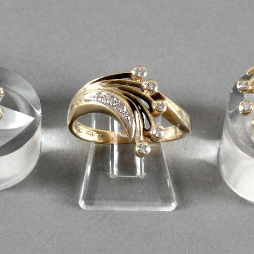 Ring und Paar Ohrclips mit Brillantbesatz, 585er GG, ,Blütenform, Ring mit 8, Oh…