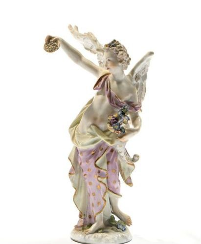 MEISSEN, XIXe. Femme ailée à la corne d'abondance. Sujet en porcelaine polychrom…