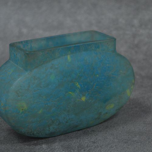 DAUM NANCY DAUM NANCY . Vase navette en verre marmoréen à dominante bleue. Signa…
