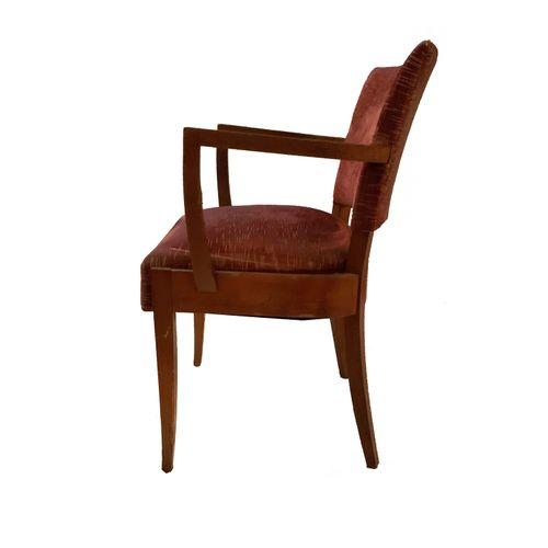 Fauteuils Série de quatre fauteuils . Velours rouge. Accoudoirs en bois. Restaur…