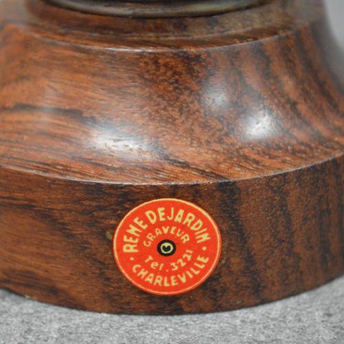 Coupe Coupe en métal argenté . Socle bois. Patine ancienne. Dimensions : 10,5 cm…
