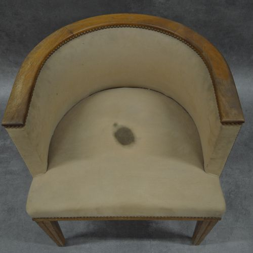 Fauteuil Fauteuil . Bois et tissu. Accoudoirs bois. Tissu tâché. Hauteur : 71 cm…