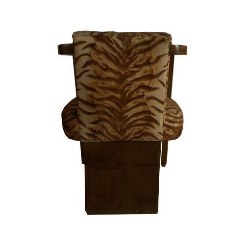 Fauteuil Fauteuil . Accoudoirs arrondis en bois. Tissu tigré. Restauration à pré…