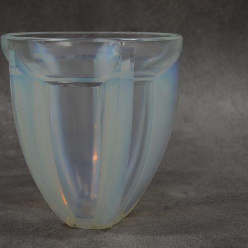 André HUNEBELLE Vase. Gravé A.HUNEBELLE (1896 1985). Modèle corolle. Verre trans…