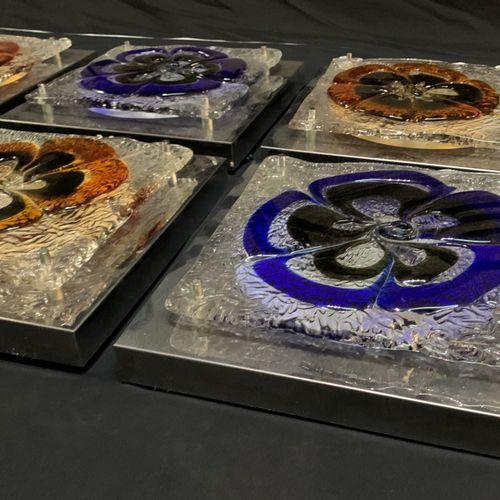 Appliques métal nickelé et pate de verre Elégante série de huit appliques . Form…