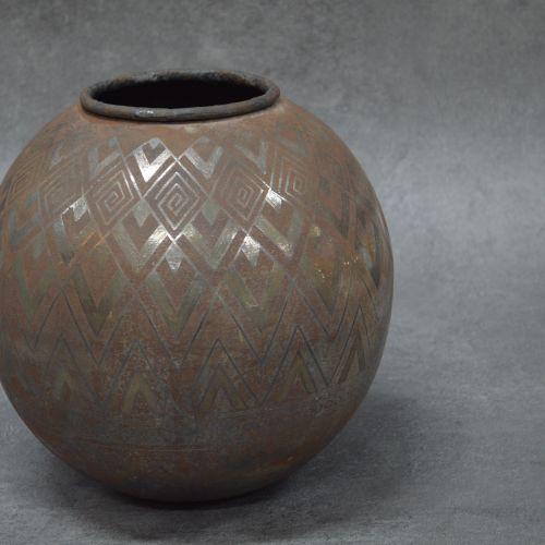 Vase Vase. Métal. Décoration à motifs géométriques. Diamètre : 30 cm environ. 32…
