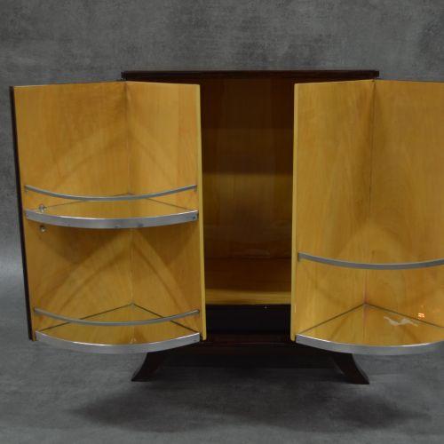 Meuble bar Art Déco Ravissant meuble bar . Bois de placage. Ouvrant sur deux por…