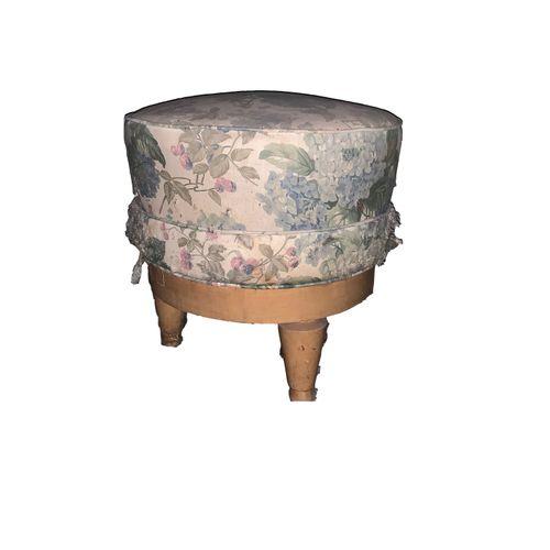 Pouf Pouf . Tissu motif floral. Quatre pieds. Restauration à prévoir.