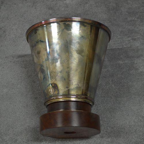Coupe Coupe . Métal argenté. Pied bois. Hauteur 16 cm.