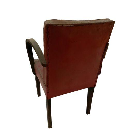 Fauteuils Série de quatre fauteuils . Skaï rouge. Accoudoirs bois. Restauration …
