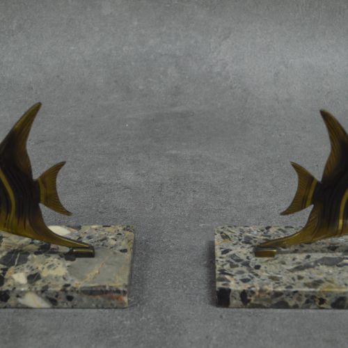 Paire de serre livres Paire de serre livres . Bronze doré sur socle en marbre. G…