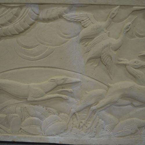 Bas relief Art Déco Très joli bas relief Art Déco . Plâtre. Scène de chasse. Sig…