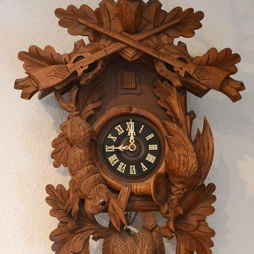 大布谷鸟钟,有狩猎元素,以鹿头为冠,木雕,南德,20世纪,高60厘米,附有砝码和钟摆