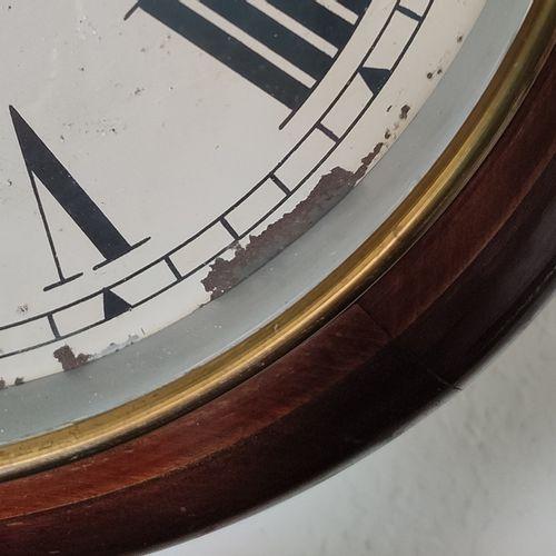挂钟,圆形表盘(有生锈的痕迹),有罗马数字,棕色木质表壳,机芯印有Garrad,英国,直径34厘米,钥匙和小摆锤是封闭的,运行在