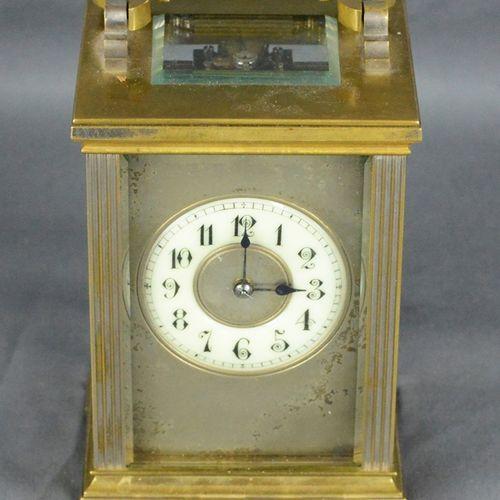 Coachman时钟,可能是1900年左右的法国,钥匙上弦,钥匙封闭,粘土弹簧敲击小时,表盘上有阿拉伯数字,玻璃和时钟状况良好,装在原来的皮箱里,时钟开始运行。