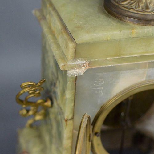 壁炉三联画,由两个五火烛台和一个时钟组成,圆形的钟面有阿拉伯数字,绿色玛瑙,黄铜镀金,可能是法国,可能是19世纪,时钟开始很短,钟摆和钥匙是封闭的,条件是檐口需…