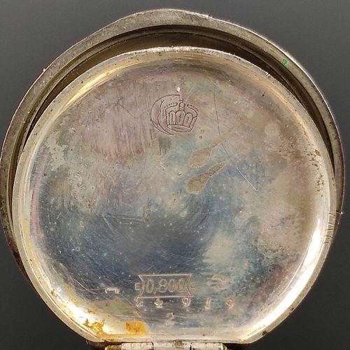 小怀表,表盘装饰有罗马数字和金色花卉元素,银色800,中间盖也是银色,印有Auerhahn,另外还有半月形和表冠,直径3.5厘米,总重28.7克,运行在