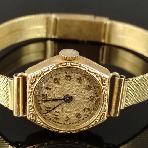 Montre bracelet de dame, chiffres arabes, lunette décorée de reliefs, remontage …