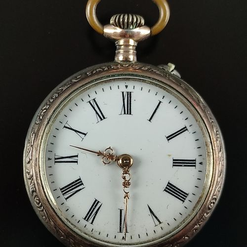 小怀表,表盘上有罗马数字,背面有国徽,银色800和瑞士的capercail,另外有新月和表冠的印记,金属中间盖,直径32毫米,总重22.7克,运行在