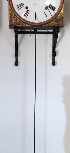 """孔泰斯钟/摆钟/勃艮第钟,带罗马数字的珐琅表盘,带所谓 """"丰收之舞 """"的华丽铜板,约1850年,42x27x14.5厘米,钟上敲击,钟座,折叠摆,砝码和钥匙附在…"""