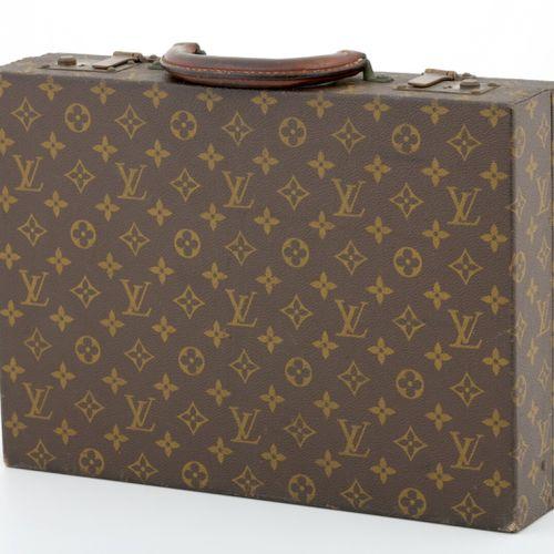 Louis VUITTON, Paris  ATTACHE CASE en toile monogram, poignée cuir  Numéroté 907…
