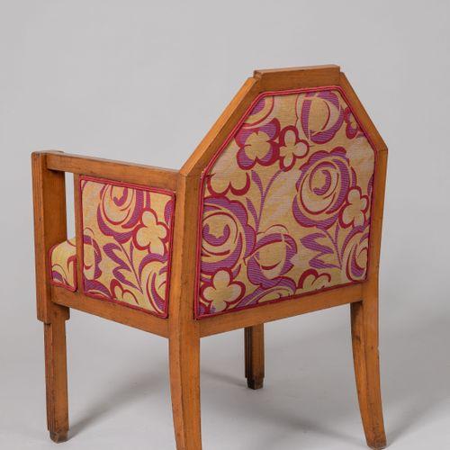 FAUTEUIL DE BUREAU architecturé en bois clair sculpté de cannelures. Dossier de …