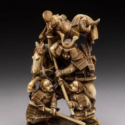 OKIMONO en ivoire sculpté et patiné figurant un combat de samouraïs. Un officier…