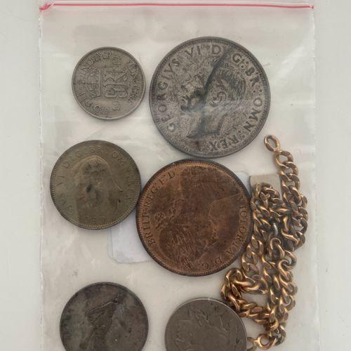 Pièces de monnaies et gourmette en métal doré