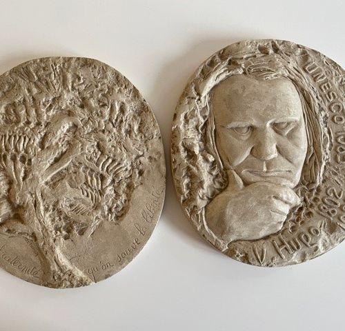 * Deux médaillons en plâtre H. 20,5 cm environ