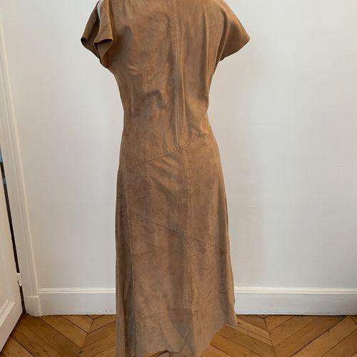 PATRICK MENDES  Robe à découpes asymétrique en peau beige.  T. 1  Usures.