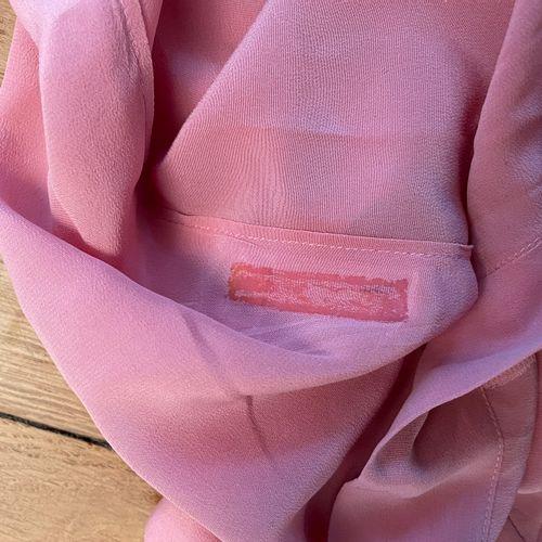 MIU MIU  Ensemble comprenant jupe en laine noir et top rose en soie.  Pour la ju…